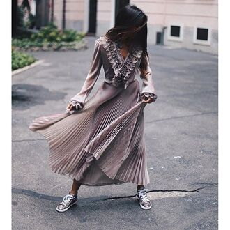 dress tumblr maxi dress grey dress long sleeves long sleeve dress v neck v neck dress ruffle ruffle dress pleated dress sneakers silver sneakers pleated maxi skirt pleated skirt metallic pleated skirt dusty pink all pink everything