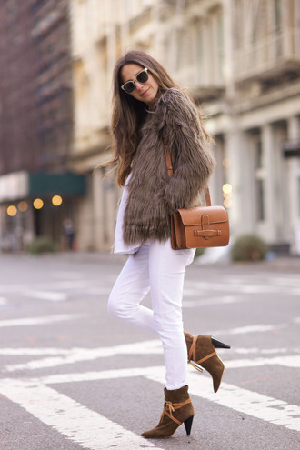 something navy blogger suede boots white jeans faux fur jacket brown leather bag