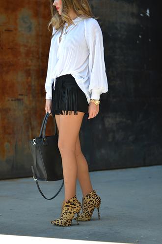 mi aventura con la moda blogger black shorts black leather bag leopard print high heels white blouse