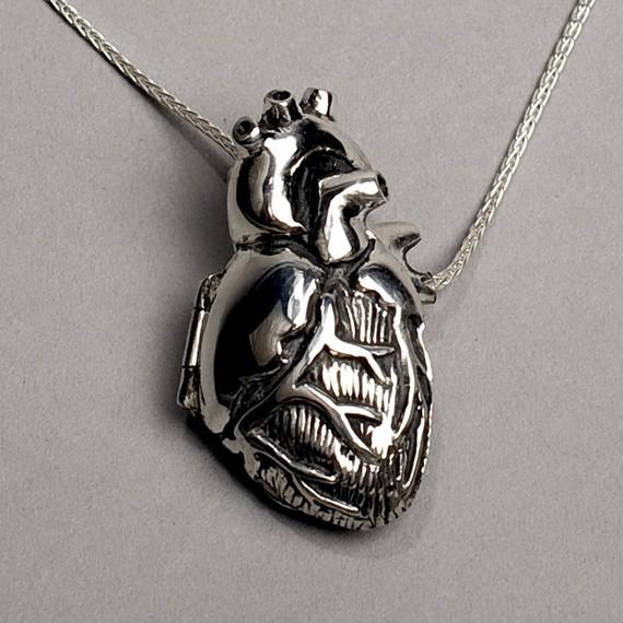 Medaglione 18 catena argento cuore anatomico di PeggySkempJewelry