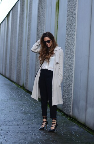 stella wants to die blogger black heels trench coat classy