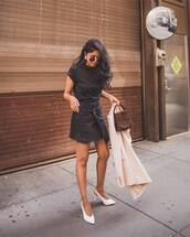 skirt,asymmetrical skirt,denim skirt,pumps,coat,black t-shirt,round sunglasses,handbag