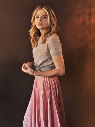 skirt chloe grace moretz celebrity sweater short sleeve sweater short sleeve grey sweater pink skirt pleated skirt spring outfits