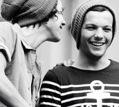top,stripes,black and white striped,noir et blanc,t-shirt,rayures,louis tomlinson,ancre,menswear,beanie