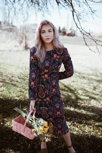 cara loren blogger dress shoes jewels make-up printed dress midi dress spring outfits