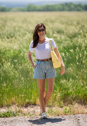classy girls with pearls blogger shorts shirt shoes bag belt jewels