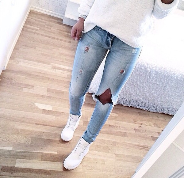 jeans outfit blue ripped jeans ripped boots jeans cut jeans low rise jeans light washed denim blue skinny jeans shoes winter boots white shoes light blue jeans ripped skinny jeans light blue timberland blanche white style cute white timberlands sweater denim used look