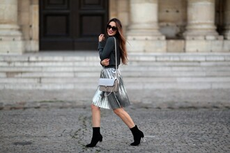 sofya benzakour knidel la couleur du moment | blog mode lifestyle voyages entre le maroc et paris blogger top skirt shoes bag metallic pleated skirt shoulder bag ankle boots winter date night outfit sock boots