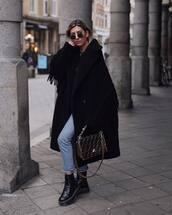 coat,double breasted coat,fringes,black coat,fur coat,light jeans,medium bag,leather bag
