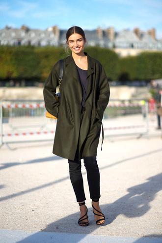 le fashion blogger t-shirt sandals oversized khaki