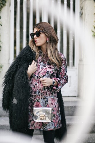 dress tumblr floral floral dress mini dress long sleeves long sleeve dress coat black coat fur coat black fur coat bag metallic silver sunglasses tortoise shell sunglasses tortoise shell