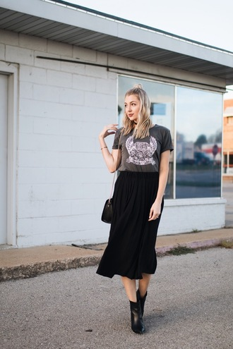 love lenore blogger t-shirt skirt shoes bag grey t-shirt black skirt midi skirt ankle boots