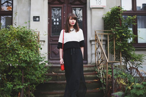 maxi skirt top black and white blogger red bag jewels kapuczina necklace