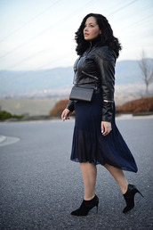 girl with curves,blogger,skirt,curvy,leather jacket,chiffon,mini bag,jacket,top,shoes,bag,jewels,make-up