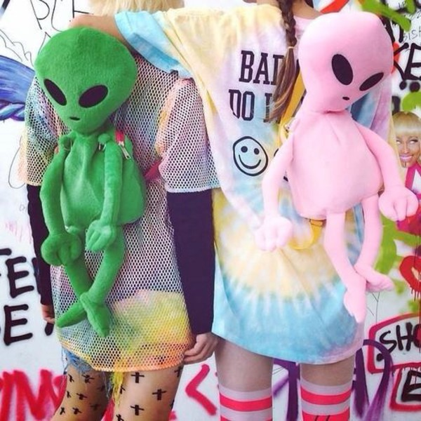 bag alien alien bag wierd tumblr girl pink green t-shirt grunge soft grunge pale hipster kawaii backpack dollskill rad colorful hippie hippie shirt alien cute lovely sweet green pink quote on it tights plus how stuffed animal