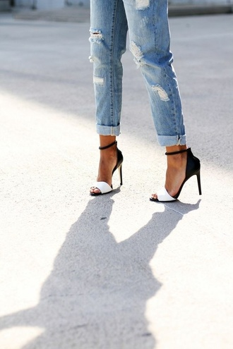 shoes ripped jeans high heels heels black white jeans black and white cute high heels black and white heels two toned boyfriend jeans cropped ripped acid wash denim sandal heels босоножки black and white pumps pumps sandals black and white sandals