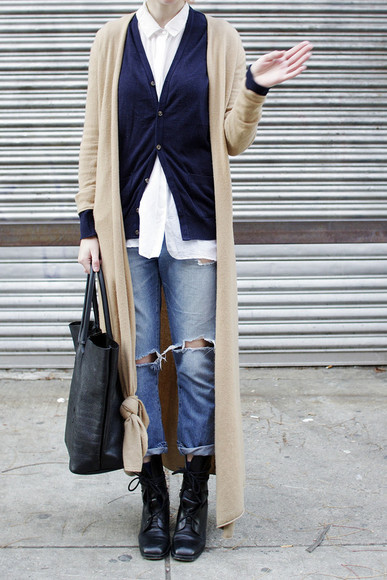 blogger navy de lune cardigan bag white shirt ripped jeans
