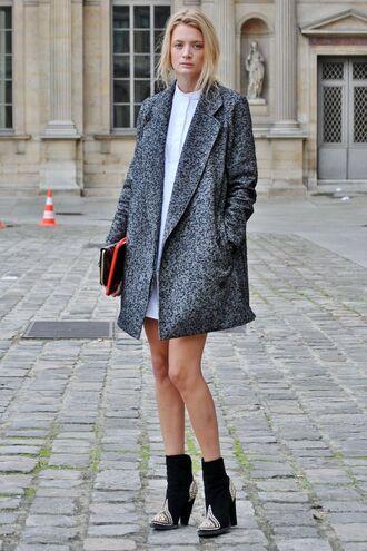 coat white shirt grey coat blakc heeled boots blogger