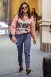 sweater,sweatshirt,jeans,streetwear,streetstyle,olivia munn