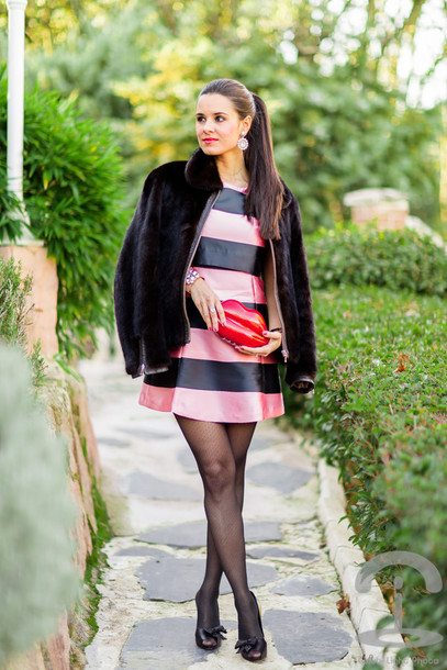 crimenes de la moda blogger striped dress faux fur black jacket lips
