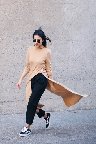 elif filyos blogger shoes round sunglasses long sleeves nude top slit top tunic black pants black sneakers