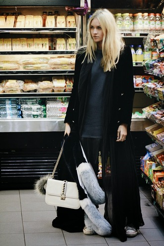 en vogue coop blogger blonde hair black coat white bag