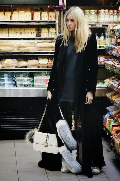 en vogue coop blogger blonde hair black coat white bag