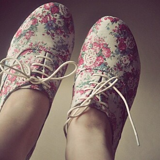 shoes floral vintage vintage shoes vintage floral shoes floral shoes flowers spring shoes summer shoes tumblr hipster boho chic cute shoes chic chic shoes taylor swift love more cute oxfords floral oxfords vintage oxfords indie oxfords lace oxfords lace-up shoes gold dress