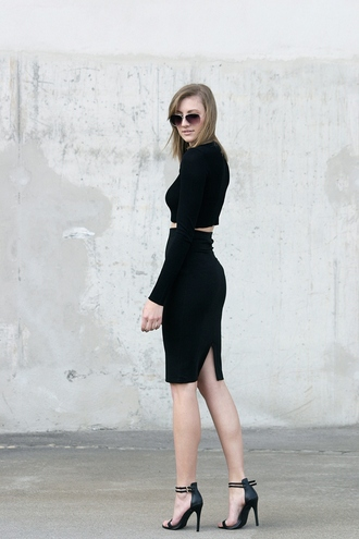 katiquette blogger all black everything black sandals long sleeve crop top pencil skirt black crop top