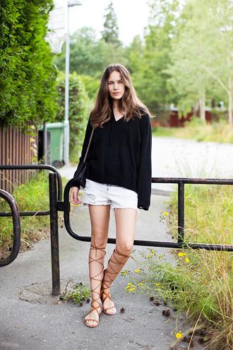 carolines mode blogger oversized sweater ripped shorts gladiators flat sandals