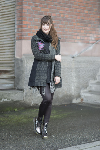 andy sparkles blogger knitted scarf drmartens metallic shoes
