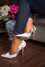 shoes,spring shoes,floral print shoes,print shoes,floral,pointed toe,pumps,floral print pumps!,louboutin,classy,heels,floral high heels,pumps floral,high heels,floral pumps,high,white,flowers,heel,point,flowered