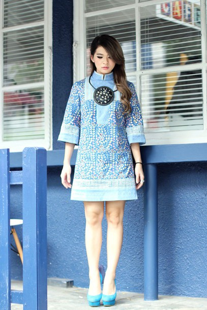 brown platform blogger blue dress necklace dress jewels shoes