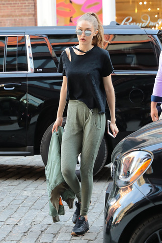 top sweatpants gigi hadid sneakers sunglasses model off-duty streetstyle pants