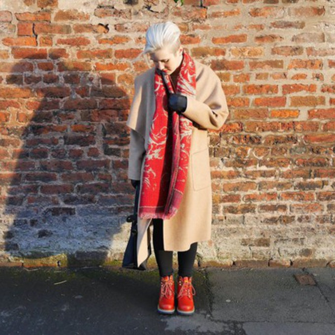 blogger buckets and spades camel coat scarf red