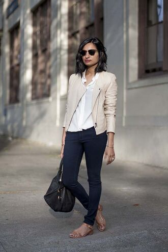 jacket white shirt beige leather jacket skinny jeans brown sandals blogger sunglasses