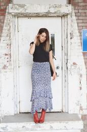 orchid grey,blogger,red heels,ruffle,floral skirt,black t-shirt,t-shirt,skirt,bag,jewels,shoes