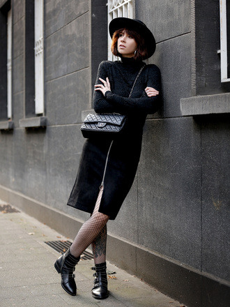 wie-hund-und-katze blogger top skirt hat shoes tights jewels felt hat chanel bag black skirt ankle boots black sweater