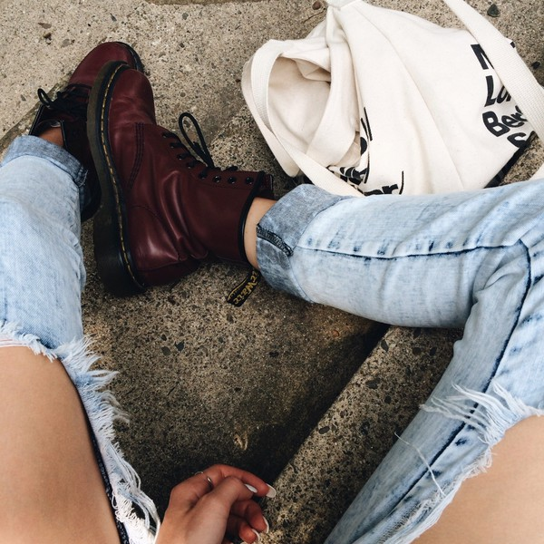 shoes combat boots boots jeans jewels denim denim shorts denim overalls bag tote bag DrMartens burgundy ripped jeans ripped blue grunge demin boyfriend jeans