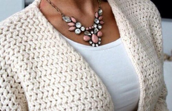 cardigan gilet bijoux jewels blanc cassé raw ecru maille crochet cute fashion summer outfits winter sweater winter outfits pink diamonds collier necklace cute jewelry coton cotton