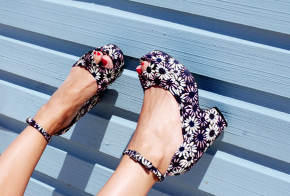 shoes wedges blue flower print shoe high heels daisies black white cute floral flowers pretty wedged high heels