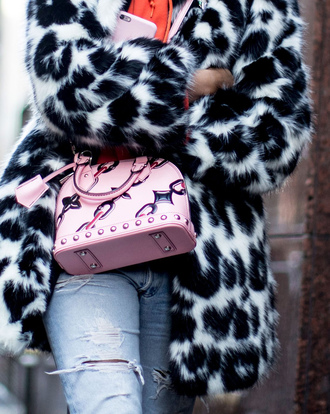 bag nyfw 2017 fashion week 2017 fashion week streetstyle pink bag printed bag coat fur coat fur collar coat printed coat denim jeans blue jeans ripped jeans