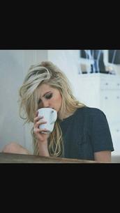t-shirt,blonde hair,mug,navy,cursive letters,wavy hair