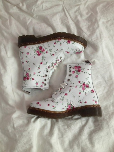 shoes boots DrMartens DrMartens floral pretty pale cute white pink flowers flowers rose DrMartens floral shoes DrMartens do martens DrMartens girly tumblr girl soft grunge vans DrMartens shorts girl lovely