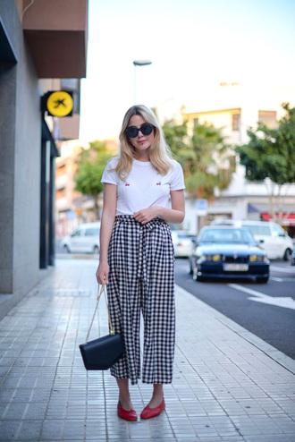 t-shirt tumblr white t-shirt pants cropped pants gingham culottes sunglasses bag black bag shoes