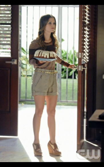 tv show sweater shorts rachel bilson stylish safari summer shoes