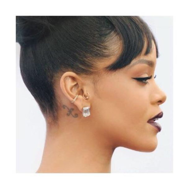 remarkably at stylebistro appearance jewelry brown was earring s court during chris studs her fashion earrings demure diamond rihanna trial