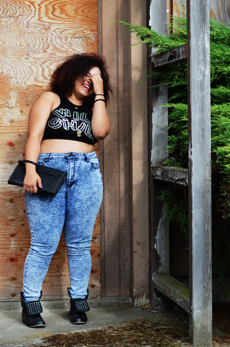 seattle plus size blogger wild child life according to marly marly crop tops blogger jeans curvy plus size high waisted jeans acid wash jeans clutch studded shoes acid wash plus size jeans