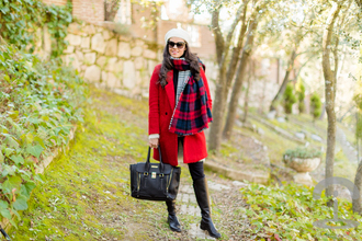 crimenes de la moda blogger beret red coat blanket scarf black bag