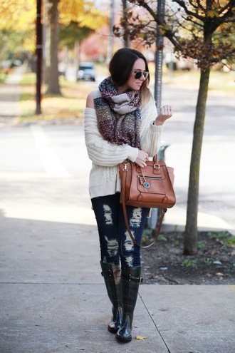 fashionably kay blogger brown leather bag ripped jeans wellies